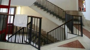 Bimbo precipitato dalle scale
